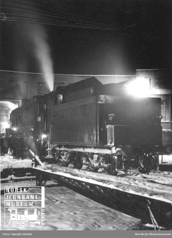 I full puss : Damplokomotiv type 31b på vei fra svingskiva og inn i lokomotivstallen