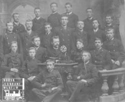 Gruppebilde med telegrafistkurset våren 1893 med 21 elever
