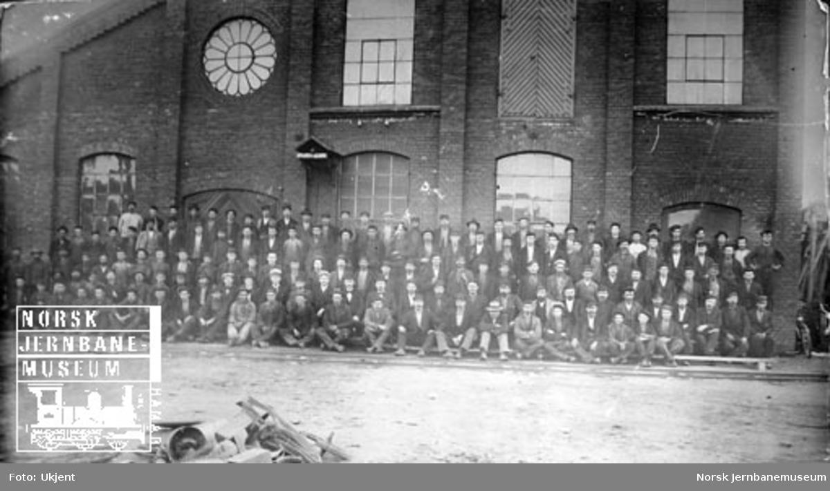 Gruppebilde av arbeidsstokken ved Hamar Jernstøberi