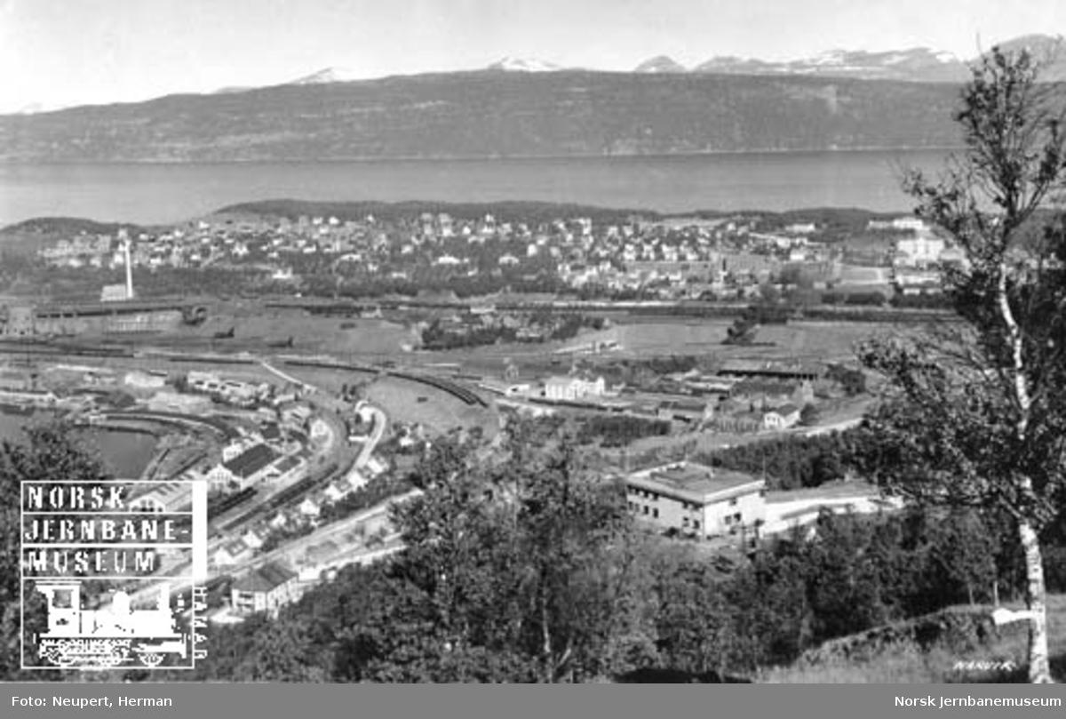 Oversiktsbilde over Narvik med LKABs verksteder og malmbanegården i bakgrunnen