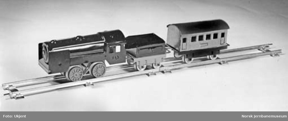 Leke : modell av damplokomotiv med personvogn