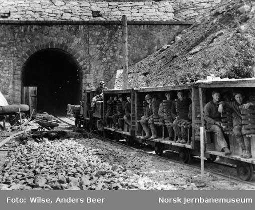 Anleggstog med arbeidere utenfor Hægebostad tunnel