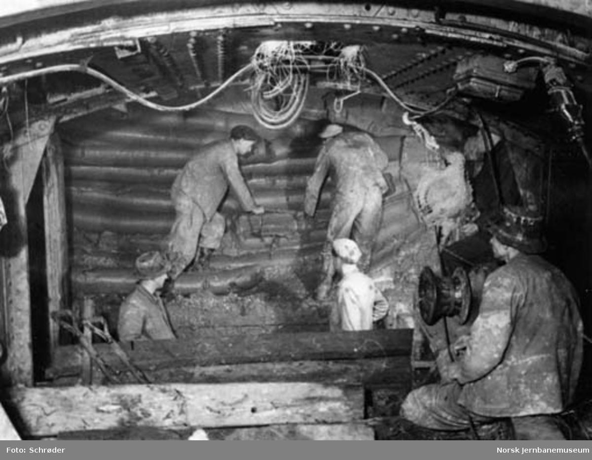 Tyholttunnelen : graving med leirkniv på stuff i jordtunnelen