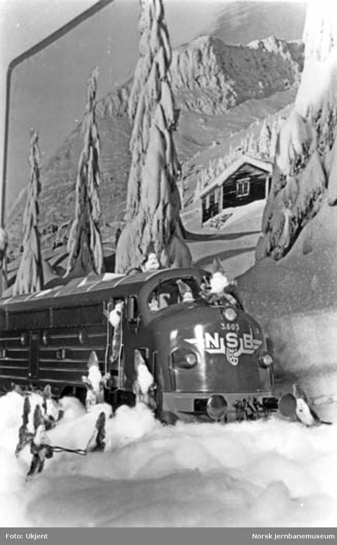 Julemotiv med modell av diesellokomotiv, nisser og vinterlandskap