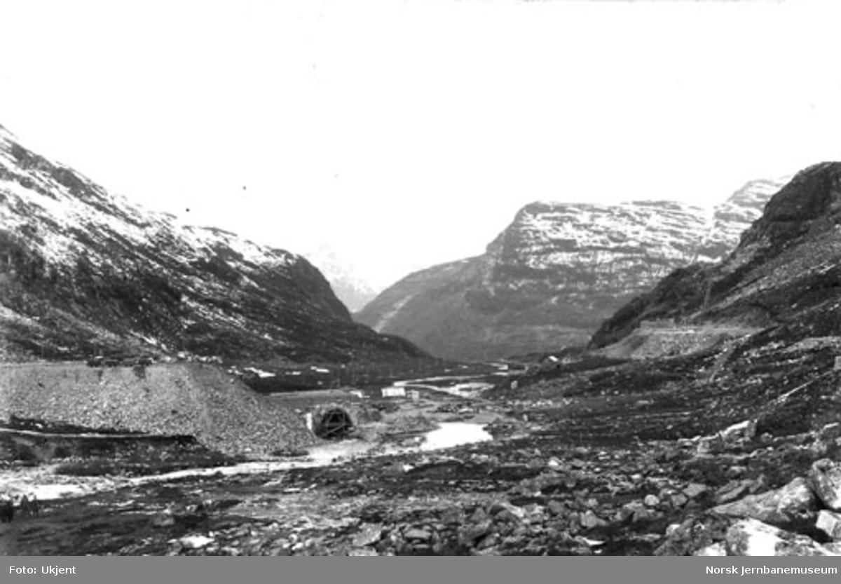 Myrdal stasjonsområde under arbeid, og tippen fra Gravehalstunnelen