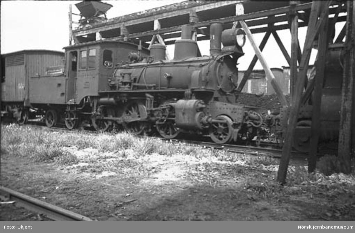 Smalsporet damplokomotiv type XXVI nr. 81 hensatt i Drammen