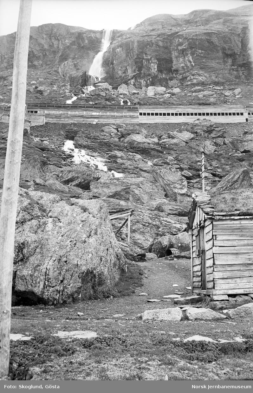 Snøoverbygg på Bergensbanen med anleggsvegen i forgrunnen