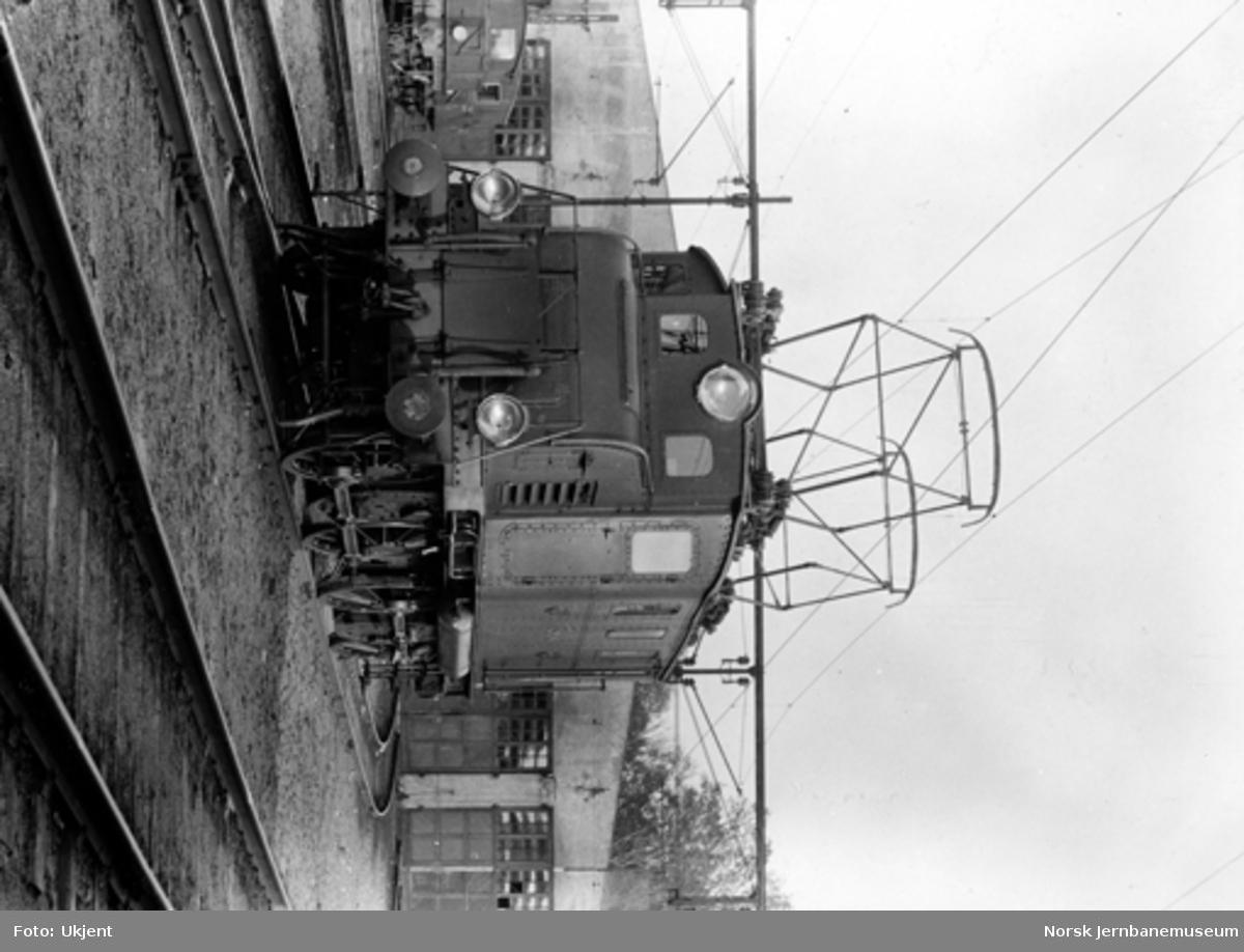 Drammenbanens elektrifisering : elektrisk lokomotiv El 1