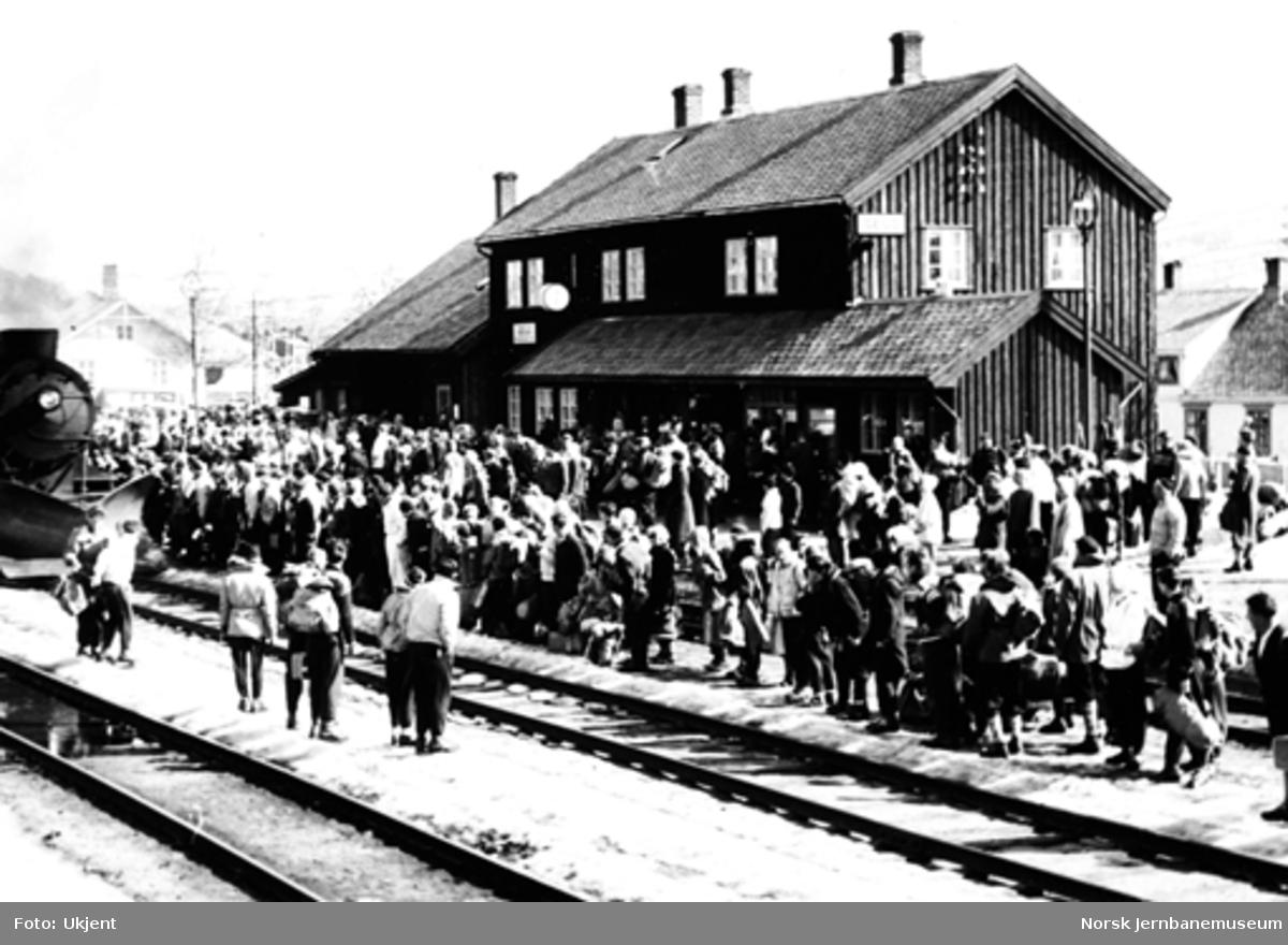 Geilo stasjon med mange reisende : påsketrafikken 1957