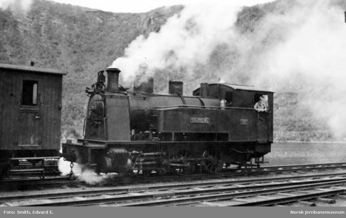 """Sulitjelmabanens damplokomotiv """"SULITELMA"""" skifter på Sjønstå stasjon"""