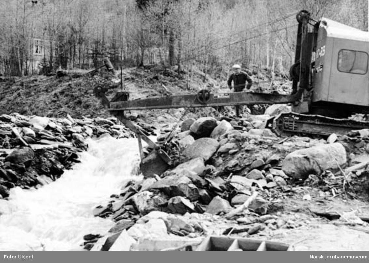 Utrasing under flom ved km 212 mellom Øyer og Tretten 26. mai 1958