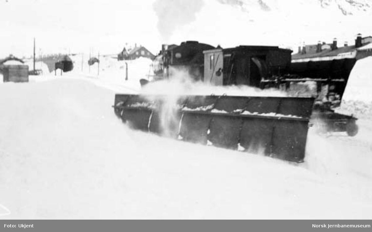 Damplokomotiv type 31a med snøryddingstog