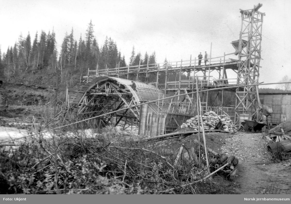 Bygging av Grønfjellåga bru : skjøtjernene er lagt