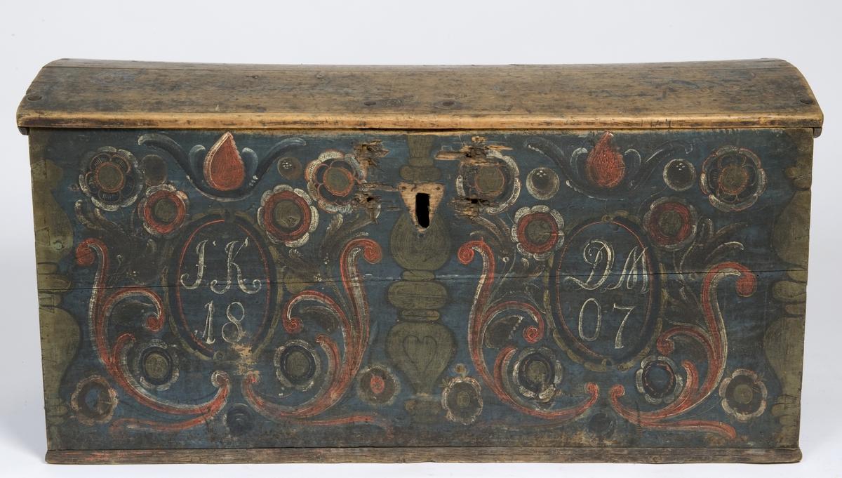Kiste med buet lokk og malt dekor.