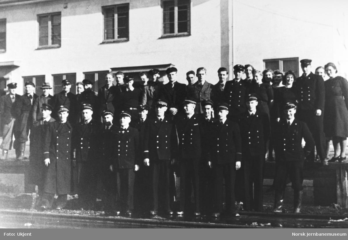 Personalet ved Mo i Rana stasjon våren 1944 (bilde 1 av 2)