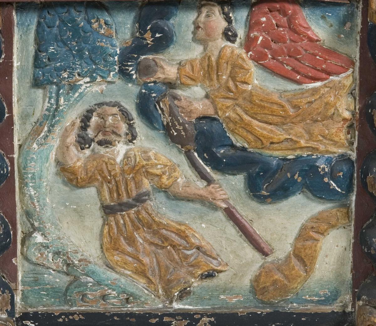 Kiste med svakt buet lokk og leddik. Bemalt innvendig med limfarge. Skåret motiv på front viser på fronten Elias og ravnene og Elias og engelen, på kortsidene David med harpen.