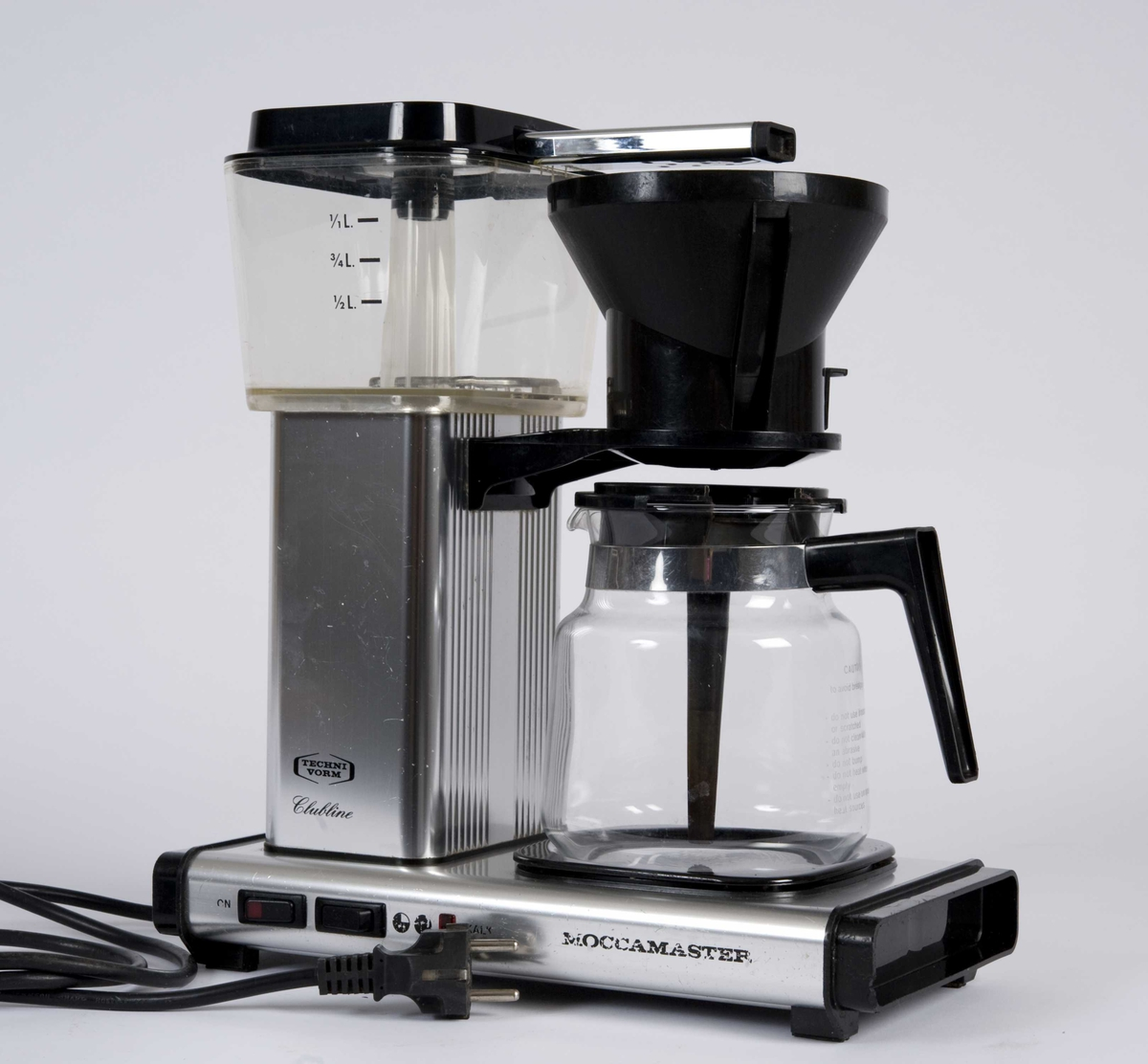 Kaffetrakteren består av: kaffekolbe med innsats, trakt og lokk til vannbeholder