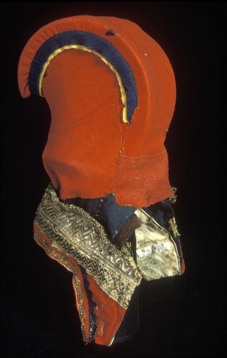 Opplysn. fra W. Kildal, Brække, Maridalen: Hornet laget av et stk.træ, furu eller birk, de gifteferdige kvinner skulle selv skjære ut hornet. I dette oppbevarede kvinderne sine smykker på reiserne. Nu for tiden ses aldrig disse huer.