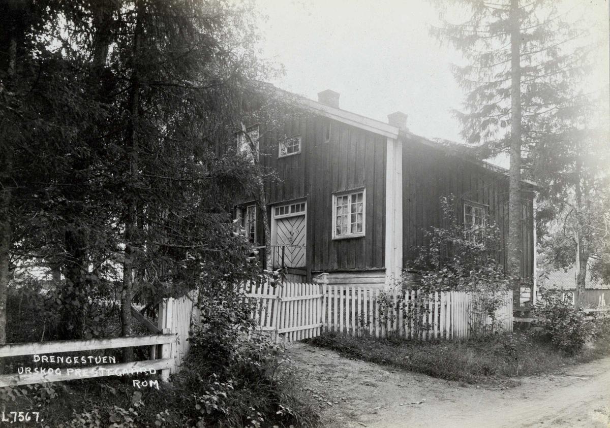 Aurskog prestegård, Aurskog-Høland, Nedre Romerike, Akershus. Drengestua bak hvit port og gjerde.