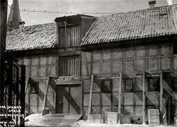 Rådhusgata 19, Oslo. Garnisonssykehuset. Stall i bindingsverk, støttet opp av bjelker.