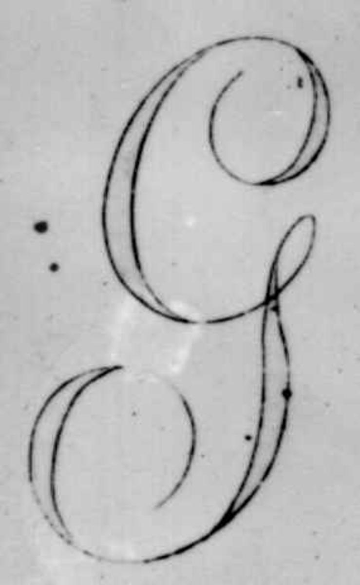 """Skandinavisk monogram fra Wedgwood-arkivets våpenbøker med våpen og monogrammer brukt på personlige serviser. Bokstaven G står for navnet Garrigues - Wedgwoods agent i Gøteborg. Han bestilte et servise til seg selv 18. oktober 1815. Hver servisdel ble  merket med en brun """"G""""."""