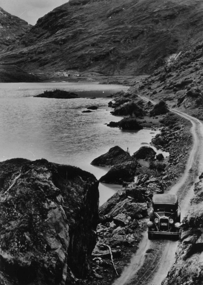 Bil kjører på veien ved Bøvertun i Bøverdalen, Lom.