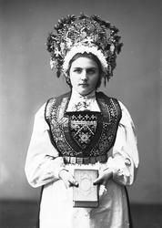 Studiofotografi av kvinne med brudedrakt og brudekrone fra V