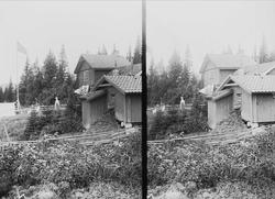 Margrethe Q. Wiborg ved huset på Holoa seter, Hadeland, Jevnaker, Oppland, 1903.
