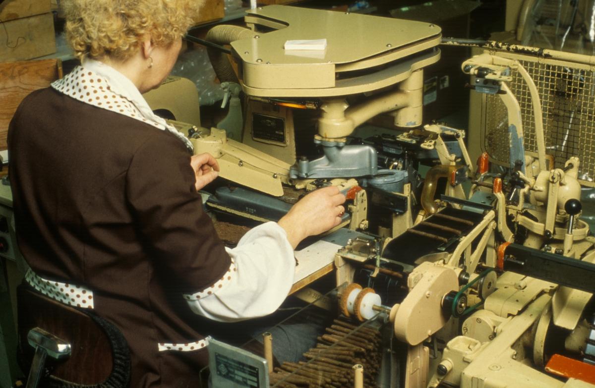 Fabrikkinteriør. Produksjon av tobakk hos Tiedemanns Tobaksfabrik på Hovin.