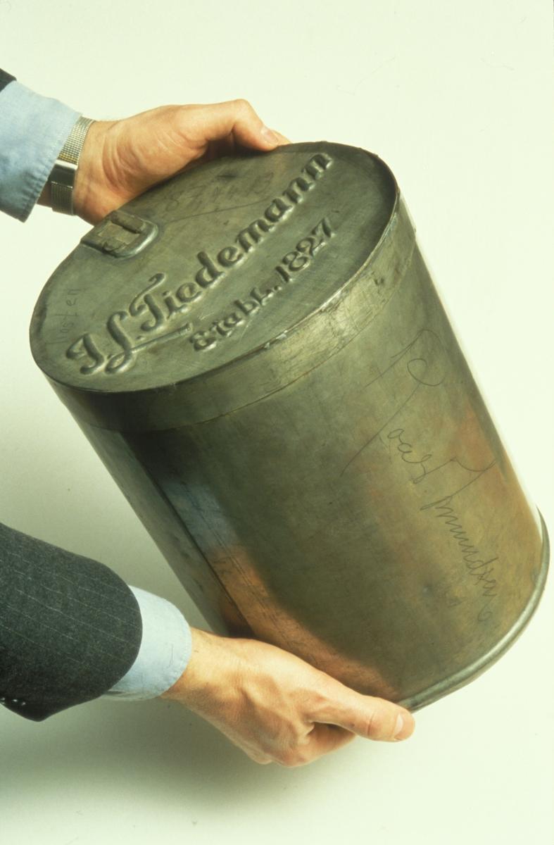 Reklamefoto av boks med tobakk fra Tiedemanns Tobaksfabrik.