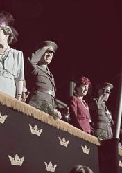 Delar av den kungliga familjen på Stockholms stadion. kronpr