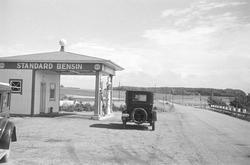 Utanför bensinstationen / macken i Möllehässle står en bil.