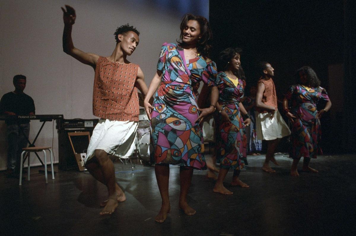 Eritreansk sånggrupp uppträder, Brantingsskolan, kvarteret Tråget, Sala backe, Uppsala 1992