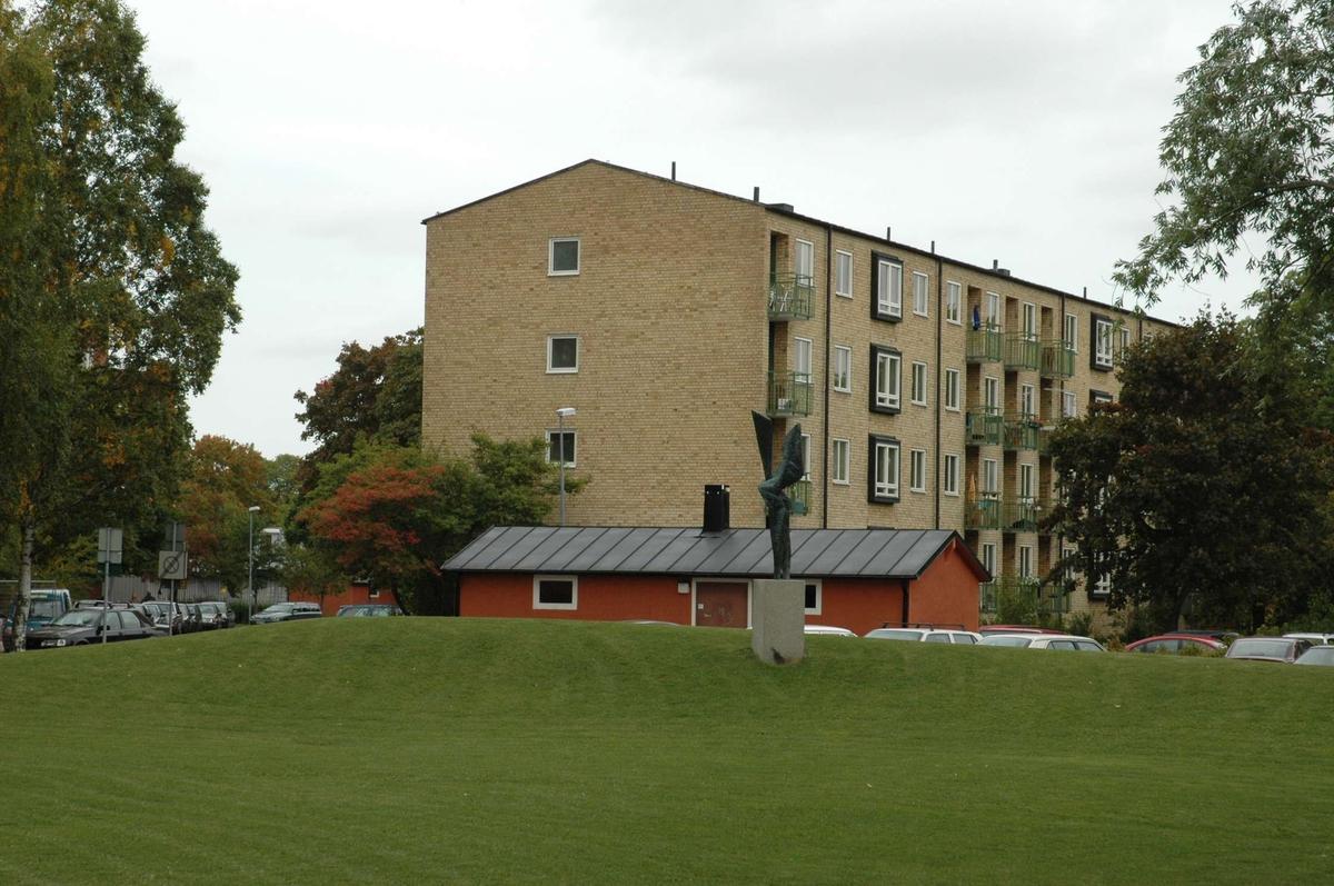 Studentbostadshus i gult tegel från 1956 i kvarteret Licentiaten, Uppsala