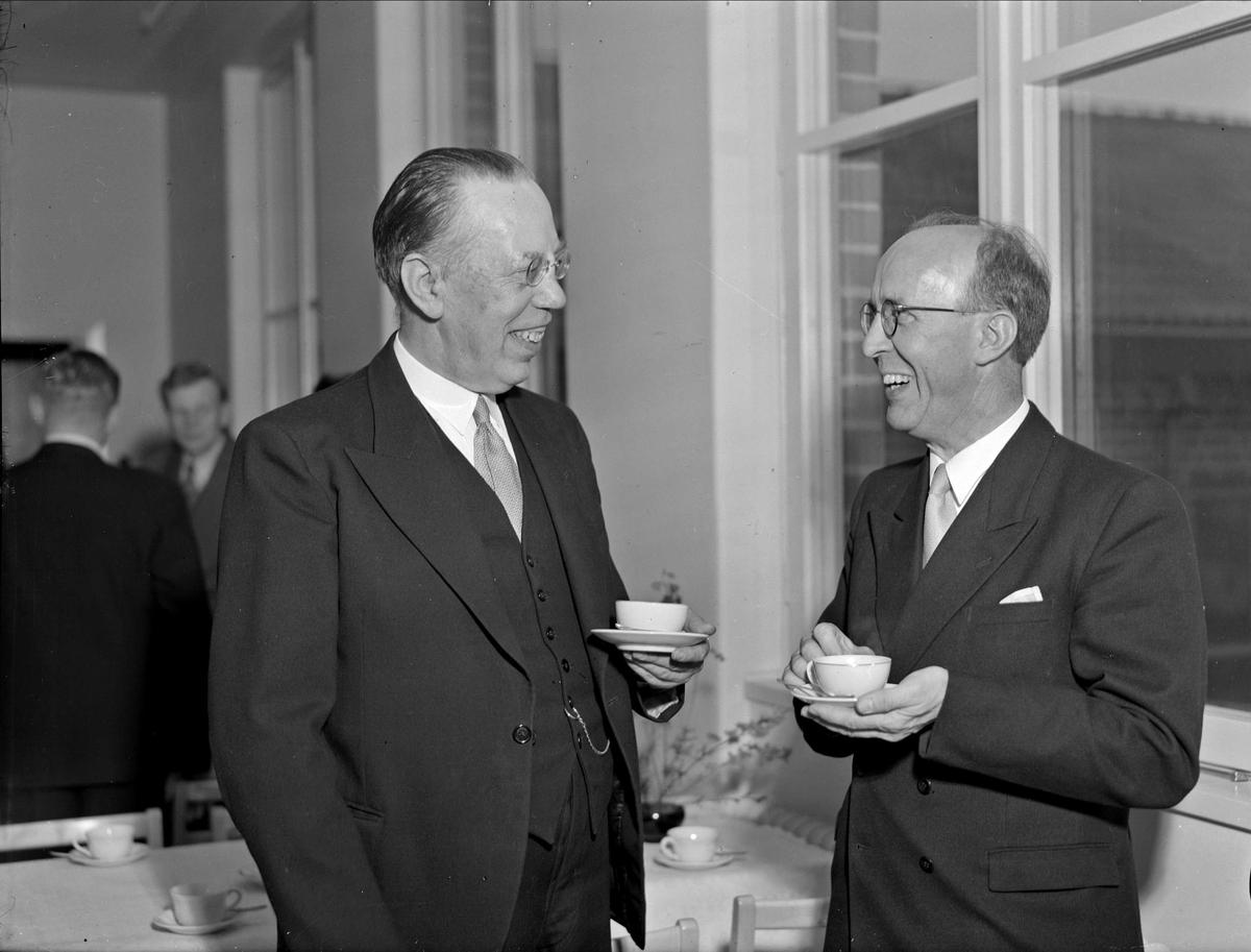 Kommunpolitikern Tycho Hedén och rektor Karl Söderberg har kafferast, Uppsala 1948 - 1949