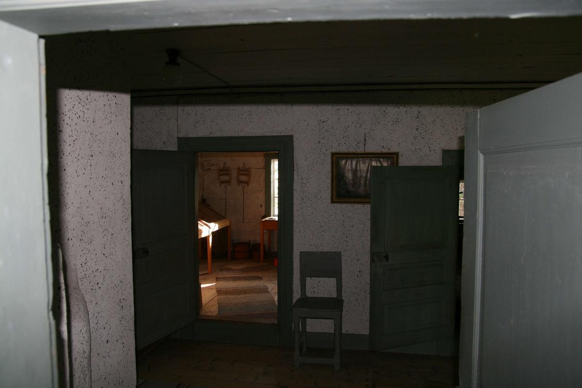 Huset är uppfört i timmer i en våning med inredd vind. I söder finns en förstukvist med tegeltak. Fasaderna är rödfärgade med synlig timmerstomme. Hörnknutarna är klädda med faluröda knutbräder. Fönstren har träspröjsar utom två fönster på vindsvåningen som är blyspröjsade. Taket är brutet och täckt med enkupiga tegelpannor. Huset har en stor, central murstock och en putsad skorsten med profilerat krön och traditionellt plåtöverbeslag. Invändigt har huset en modifierad korsplan. Man kliver in i förstun och till höger har man då en liten kammare utan uppvärmning. Rakt fram ligger salen. Till vänster ligger det stora köket och bakom det en mindre, smal kammare. Vindsvåningen har inredda gavelkamrar.