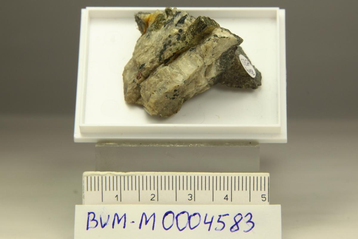 Pyritt, elongert krystall i matriks av kvarts, sinkblende og bergart. Skjerpemyr, Grua, løs på berghold.