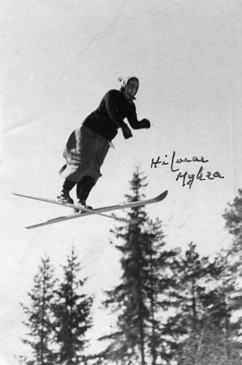 Hilmar Myhra under karnevalsrenn. Hilmar Myhra in fancy-dress jumping competition.
