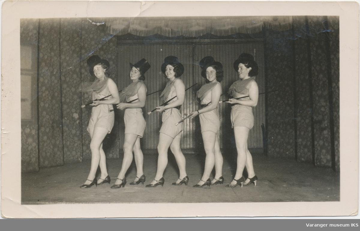 Fire unge kvinner danser, antatt revyforestilling