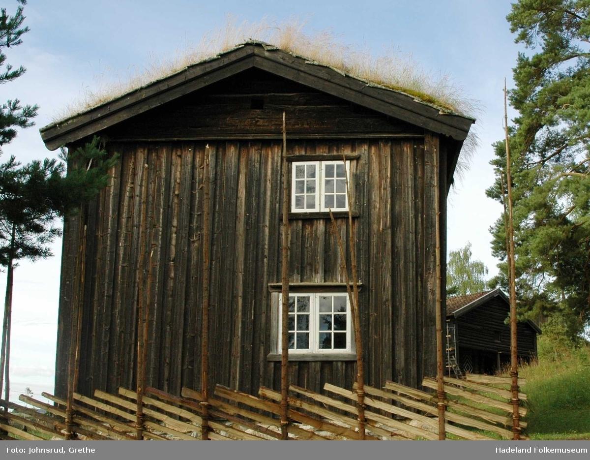 Hovedbygning fra Vienbråten i Gran er laftet i to etasjer med torvtak.
