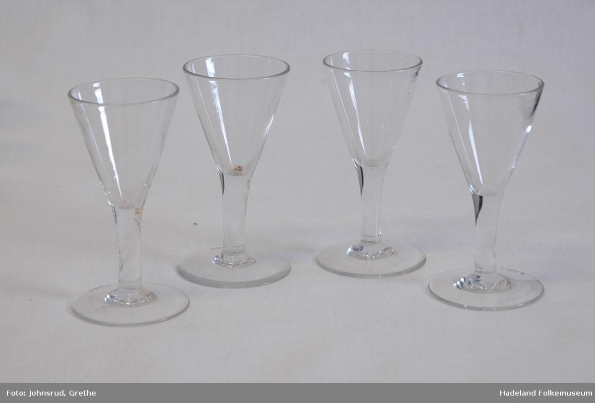 Spissglass. Flat fot på høy stett. Traktformet cupe med rette kanter.