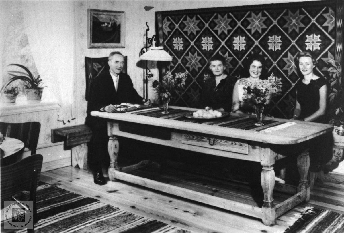 Bjellandspresten Knut Tjomsland med familie.