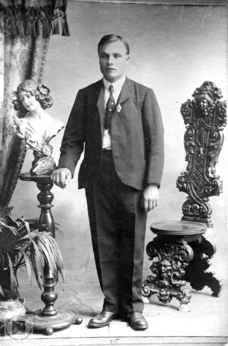 Portrett av Torkel Røynesdal som ung mann i USA.