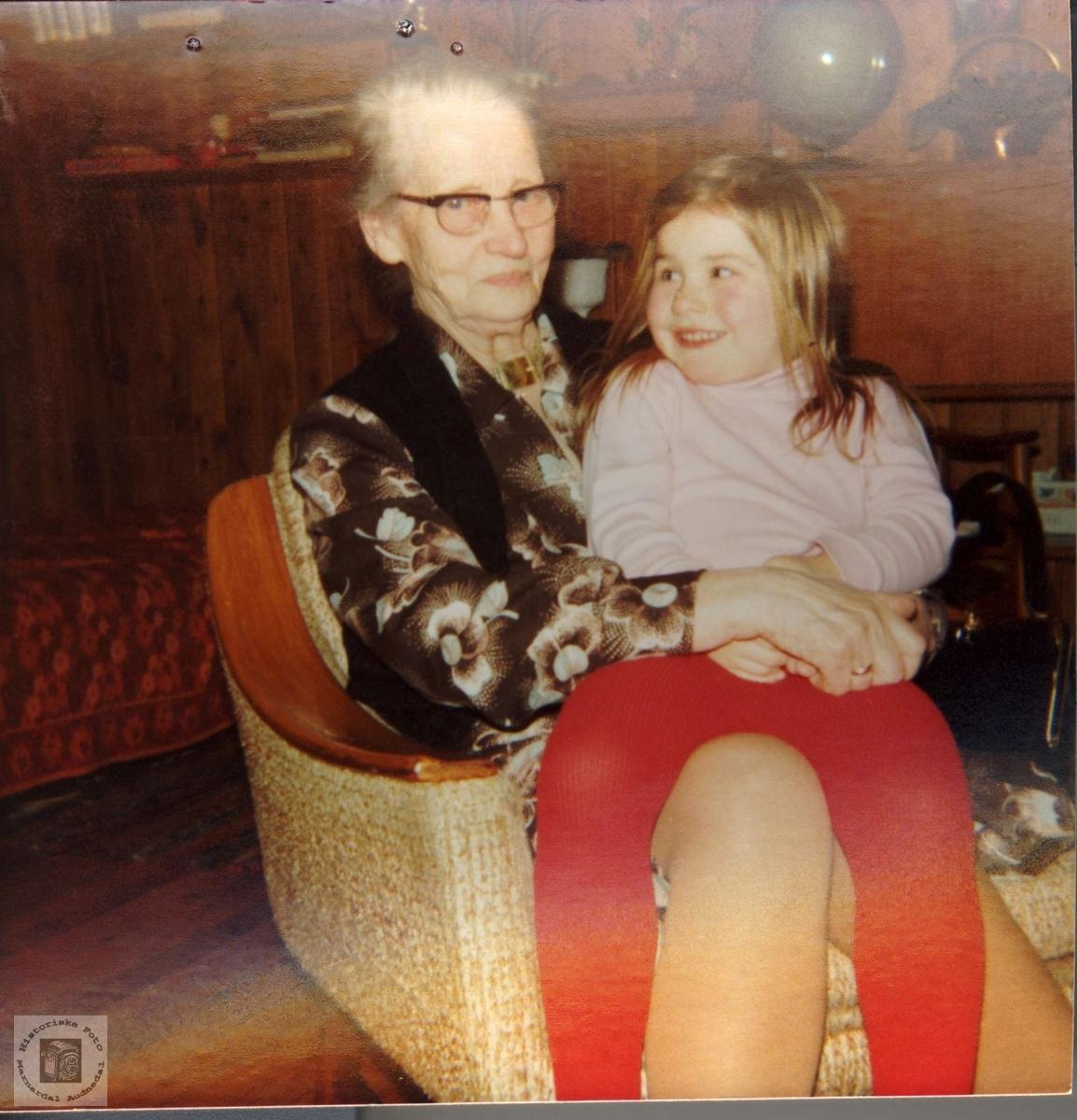 Portrett av Ingeborg Breilid fra Bjelland med barnebarn.