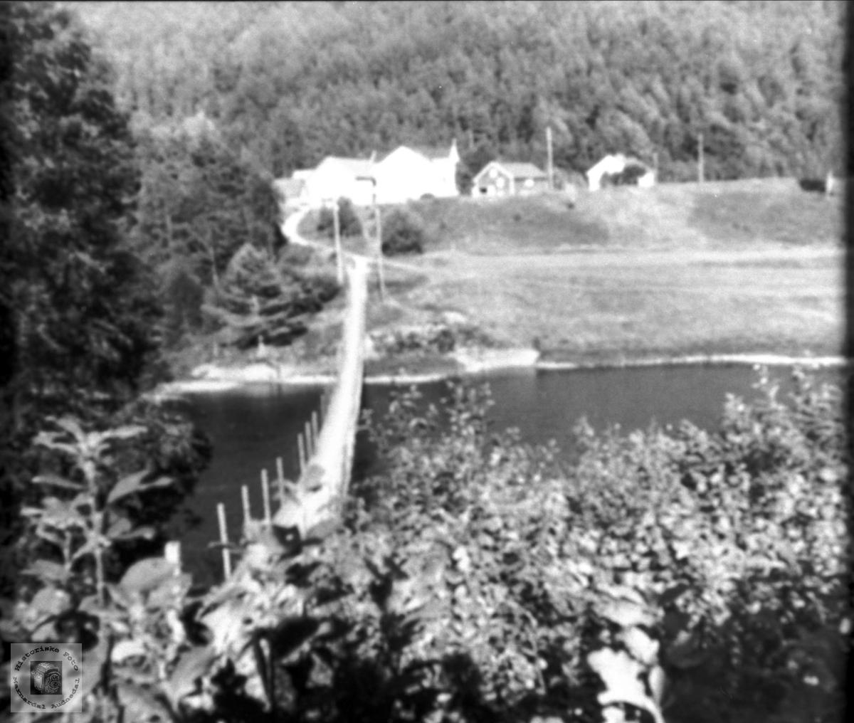 Garden, elva og brua. Mjåland og hengebrua over Mandalselva, Laudal.