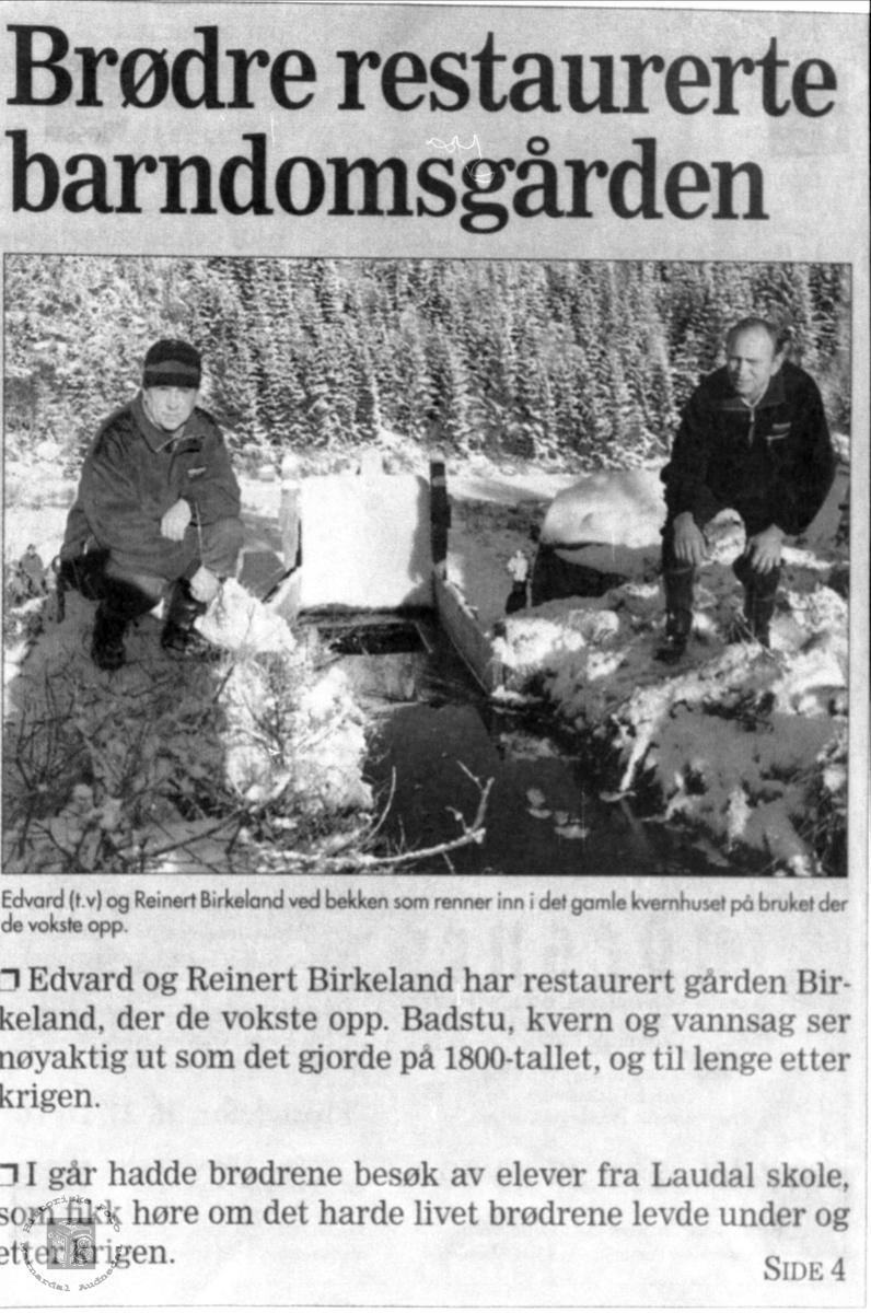 Brødrene Edvart og Reinert ved bekken, Birkeland i Laudal.
