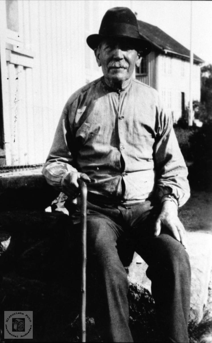 Bestefar på trappa. John G. Hønneland, Laudal.