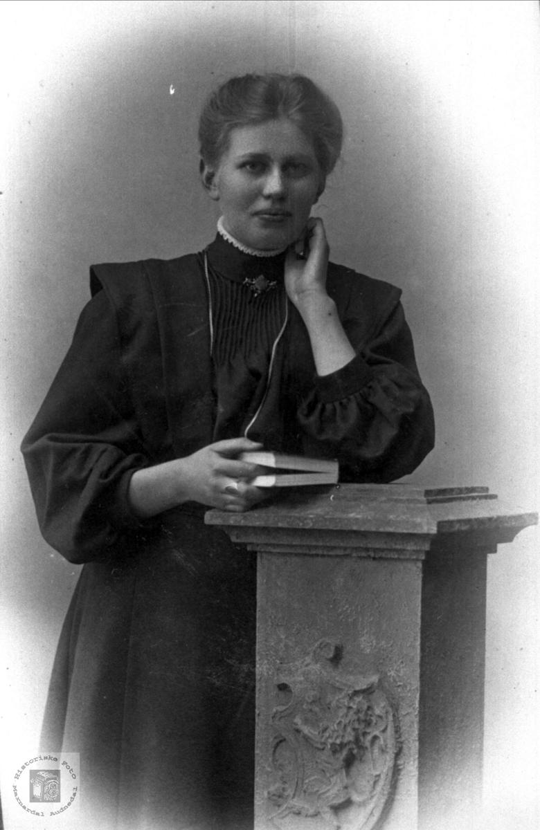 Portrett av Gunhild Høye, Øyslebø.