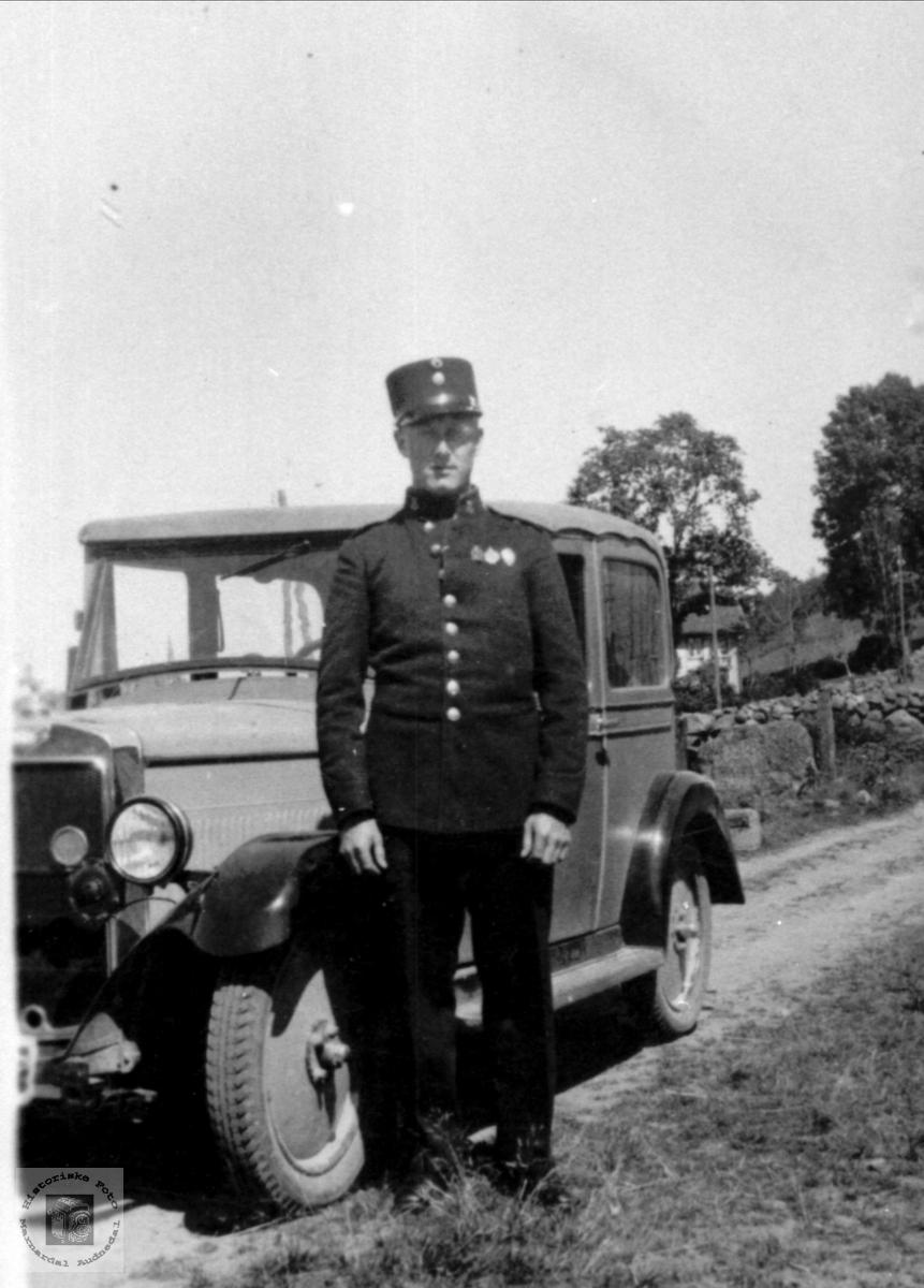 Serrsjant Ola Åkset med bil, Laudal.