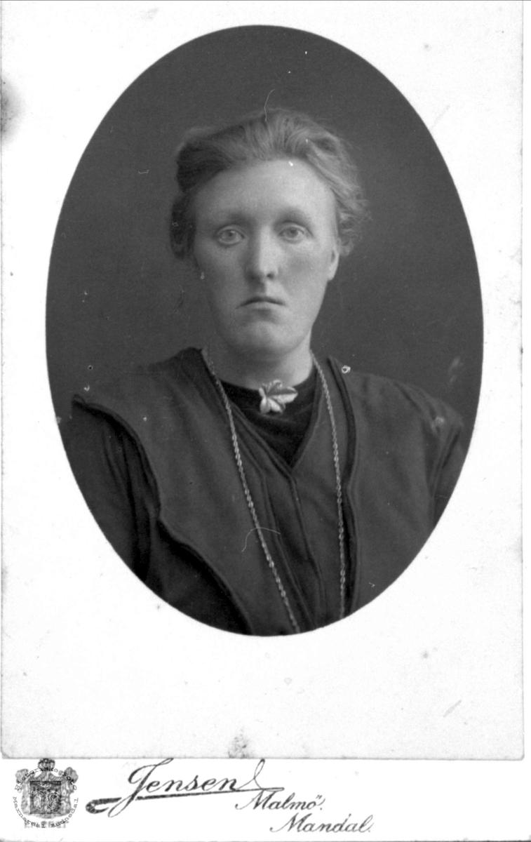 Portrett av Inger Åsine Heddeland, Øyslebø.